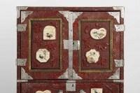 Cabinet japonais en laque rouge sculpté