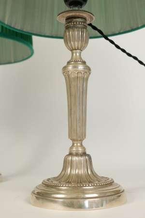 Paire de bougeoirs montés en lampes en métal argenté