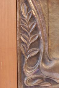 Bas relief en cuivre représentant un tigre rugissant, France, 1920