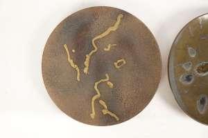- Deux plats en céramique de Alan Beitner polychrome vernissée à décor abstrait, marque sous le plat.