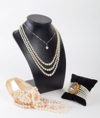 Ensemble de différents colliers, pendentif et bracelet en Perles blanches et roses