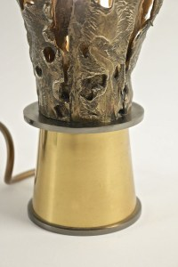 1970s Brutalist Bonze and Brass Table Lamp This table lamp feature two tones of gilded metal. The lamp foot is made of shinny brass which supports stylized bronze petals which