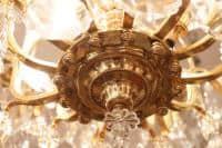 Lustre cage en bronze doré à huit lumières