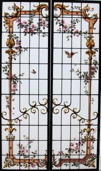 Paire de vitraux à l'encadrement fleuri