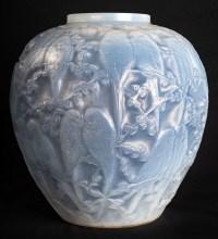 """Vase """"Perruches"""" verre opalescent triple couche patiné bleu de René LALIQUE"""