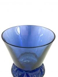 """Vase """"Lierre"""" verre bleu saphir patiné blanc de René LALIQUE"""
