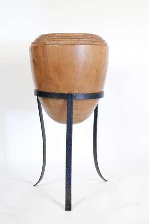 Cache-pot en bois massif de forme ogive et piètement en métal peint, XXème siècle. h: 72cm, d: 35cm.