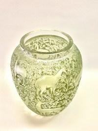 """Vase """"Biches"""" verre blanc patiné vert de René LALIQUE"""