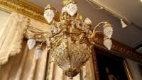 Lustre en bronze doré, cristaux surmonté de 12 flammes de verre. Réf: 328