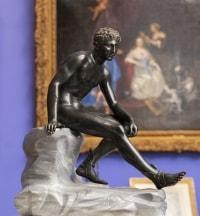 Hermès assis d'après l'antique – bronze à patine sombre vers 1890