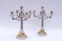 Paire de candélabres en argent niellé de style Louis XIV et décor de putti dorés, époque 1900