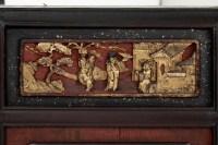 Paire de portes en laque brune à décor chinoisant rouge et or, XIXe siècle