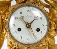 Belle Pendule en marbre blanc et bronze doré XVIIIème siècle