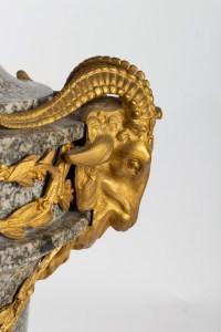Intemporelle.. Paire de Vases d'ornement en marbre de Campan à têtes de Boucs. XIXe, Style Néo-classique.
