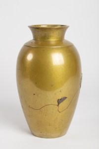 Vase en métal doré d'époque Meiji (1864 – 1912) signé par l'artiste Yoshimitsu