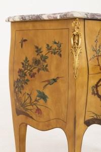 Petite commode sauteuse style Louis XV laquée jaune, vers 1950