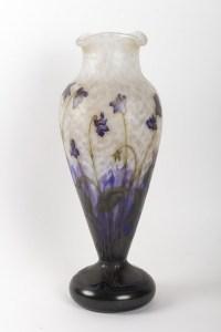 Grand Vase aux violettes, papillon et libellule de DAUM Nancy