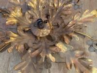 1970′ Plafonnier ou Applique à Décor de Fleurs et Feuilles en Métal Doré Style Maison Baguès Fleurs en Verre Opalescent