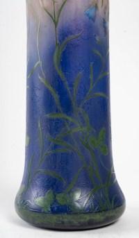 Grand vase Daum aux campanules en pâte de verre. Signé à la Croix de Lorraine.