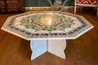 Grande table basse en marbre marquetée de pierres.