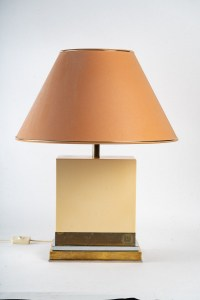 Importante lampe, signé, en bois laqué et laiton doré et argenté, 1960-1970