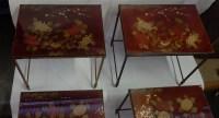 1970' Paire de Séries de 3 Tables Gigognes Style Maison Bagués Decor Bambou en Bronze Doré  Plateaux avec Laque de Chine Rouge Decor de Paysage Avec Oiseau