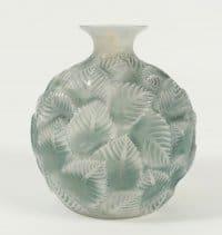 """René lalique (1860-1945) Vase """"Ormeaux """" opalescent"""