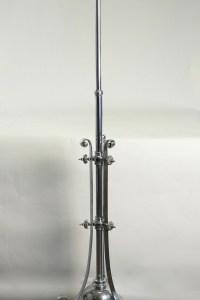 Lampadaire en métal chromé du début du XXème siècle de style Louis XVI.