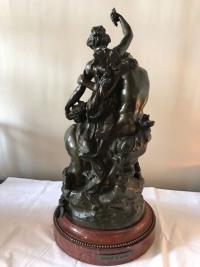 """Bronze à patine brune sur socle de marbre griotte, rotatif """"L'éducation de Bacchus"""" par Clodion. Ref: Charles 02."""