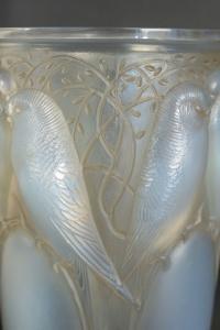 "RENE LALIQUE (1860-1945) Vase ""Ceylan"" dit aussi  ""Huit Perruches"" opalescent"