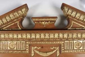 Miroir en bois et stuc doré de forme néoclassique de la fin du XIXème siècle, miroir au mercure biseauté, h: 125cm, l: 83cm, p: 8,5cm.