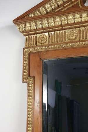 Miroir en bois et stuc doré de forme néoclassique de la fin du XIXème siècle.