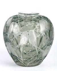 """Vase """"Perruches"""" verre blanc patiné gris-vert de René LALIQUE"""