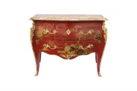 Commode de style Louis XV laquée rouge à décor chinoisant, circa 1950