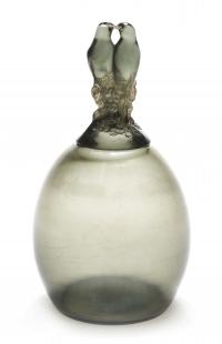 """RENÉ LALIQUE (1860 1945) :Vase """"Tourterelles"""" Teinté Gris"""