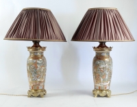 PAIRE DE GRANDES LAMPES EN PORCELAINE FINE DE SATSUMA CIRCA 1880