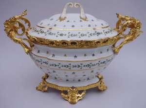 Soupière de style Louis XV en porcelaine de Paris montée en bronze doré circa 1900