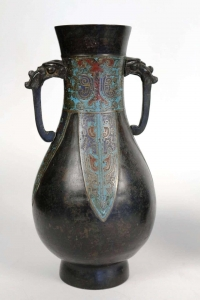 Paire de vases japonais en bronze à décor émaillé