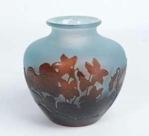 Vase boule à décor de cyclamens signé Emile Gallé