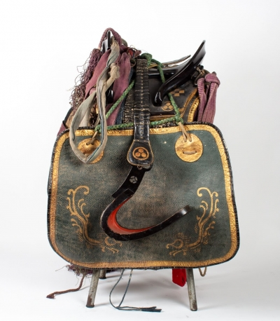 Saddle - Side with abumi|Saddle - without abumis|Saddle - abumi (front)|Saddle - abumi (profile)|Saddle - back with frontal view of the abumis|Saddle - back with shirigai|Saddle - detail of the shirigai|Saddle - Detail of the chikara-gawa|Saddle - Detail of the kutsuwa|Saddle - Back with two shiode||