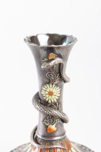 Petit vase en argent et émaux polychromes par Mitsu Shige