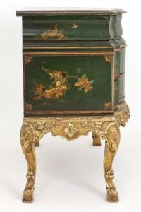 Commode arbalète en bois laqué vert et or à décor chinoisant, vers 1950