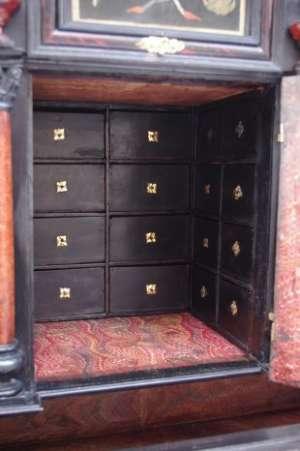 Cabinet italien du XVIIème siècle en ébène et marqueterie de pierres dures