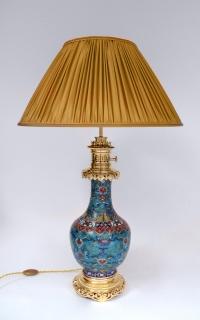 Paire de lampes en émaux cloisonnés à fond bleu montées en bronze doré, fin XIXème siècle