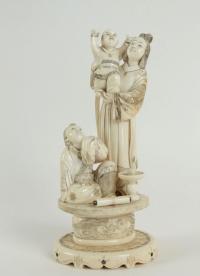 Okimono d'une femme et enfant en ivoire