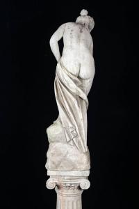 Sculpture, pierre reconstituée, baigneuse sortie de bain, XXème siècle, sur sa colonne