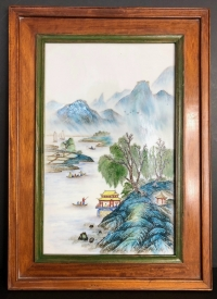 Plaque en porcelaine chinoise montée sur bois, période République