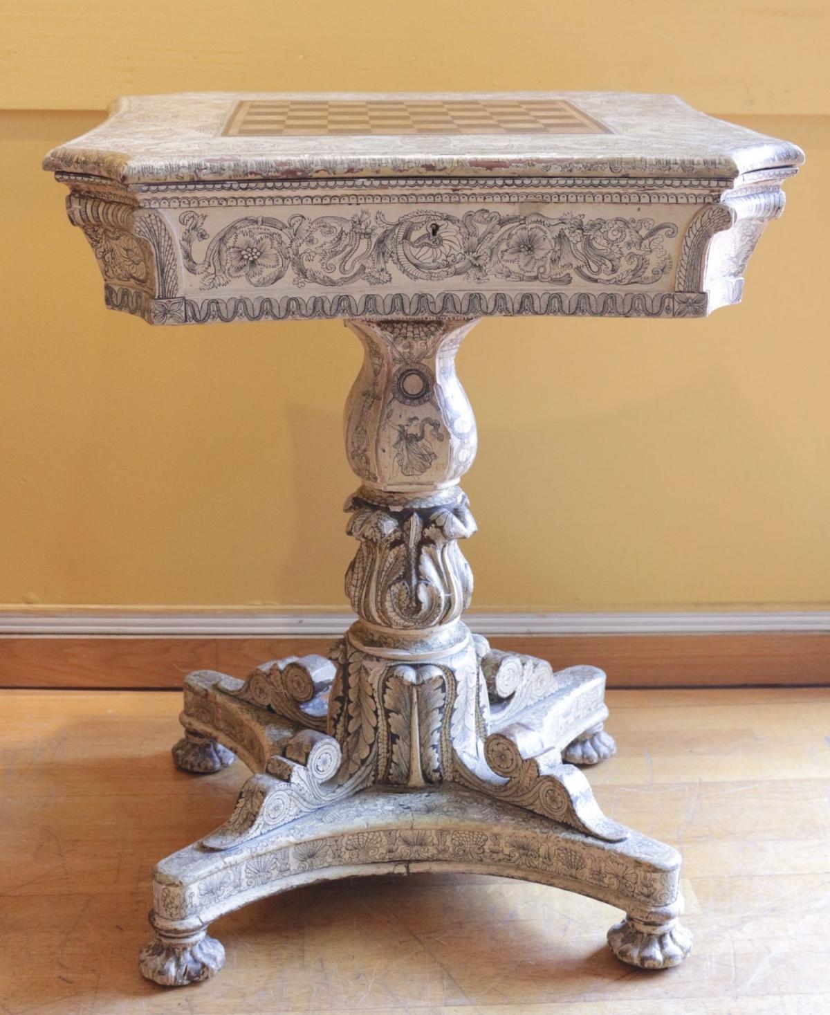 Le Marché Biron - Table à jeux anglaise en bois peint de style Regency