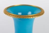 Vase Médicis en opaline bleu turquoise 19e siècle