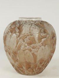 """René Lalique  (1860-1945) Vase """"Perruche"""" patiné sienne et sa base en bronze"""
